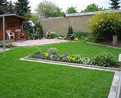 Garten mit  Rasenflächen aus Rollrasen - Fertigrasen